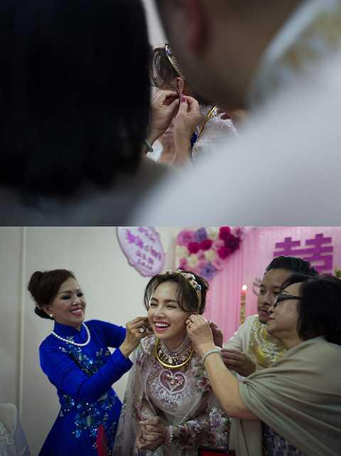 Cô dâu Ngọc Diệp rạng ngời hạnh phúc khi được mẹ ruột và mẹ chồng cùng vị hôn phu trao tặng sính lễ.