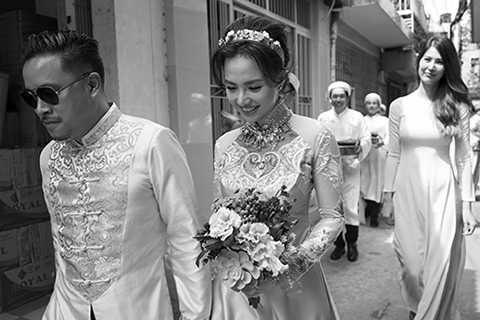 Sau khi kết thúc nghi lễ, nàng hạnh phúc nắm chặt tay chàng bước ra xe và di chuyển đến một nhà hàng để cùng chung vui với gia đình trong bữa tiệc thân mật.
