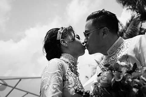 ...và khoảnh khắc ngọt ngào lãng mạn, chắc hẳn sẽ luôn là dấu ấn không thể nào quên với cặp đôi trai tài gái sắc của làng điện ảnh Việt. (Ảnh: Louis Wu; Stylist: Nguyễn Thiện Khiêm)