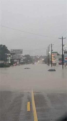 Nhiều xe cộ bị nhấn chìm trong biển nước. Các nhà chức trách cảnh báo người dân không nên ra ngoài trong tình trạng mưa lớn vẫn tiếp tục