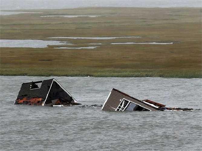 Nhiều ngôi nhà bị nước lũ nhấn chìm