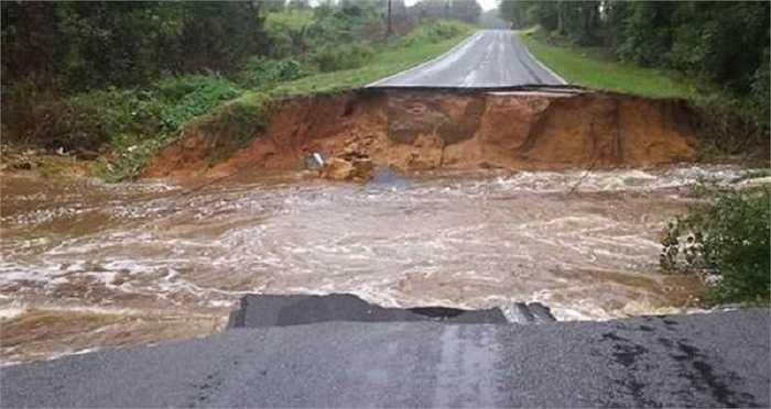 Đường sá, cầu cống bị hư hại nặng