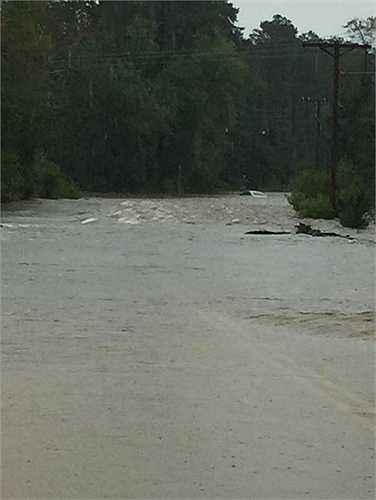 Đường biến thành sông do mưa lớn