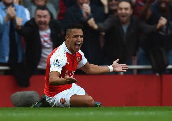Sanchez ăn mừng cú đúp vào lưới MU