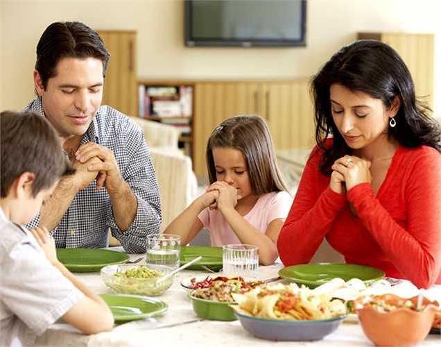 5. Một số chuyên gia y tế nói rằng ngay cả những thói quen cầu nguyện trước khi ăn có thể giữ cho tâm trạng của bạn tích cực.