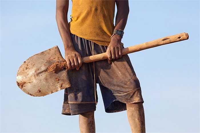 Những hình ảnh của phóng viên Krivic cho thấy quá trình khai thác mỏ vàng của những người đàn ông, phụ nữ và trẻ em diễn ra hết sức gian cực và nguy hiểm.