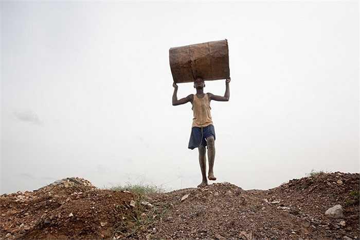 Trong Bani, công việc khai thác mỏ vàng là kiểu doanh nghiệp gia đình. Khoảng 15.000 người thợ làm việc trong khu vực xung quanh Bani. Một phần ba trong số đó là trẻ em.