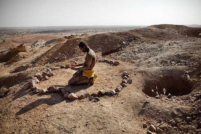 Những người thợ mỏ thường cầu nguyện trước khi bước vào hầm mỏ nguy hiểm để tìm vàng.