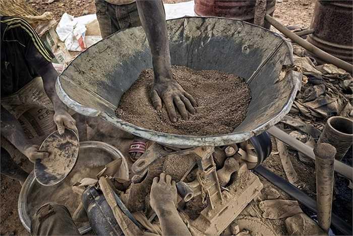 Ngoài việc đào vàng, người dân ở Bani còn khai thác quặng. Thế nhưng họ không thể lường được rằng trong khi nghiền quặng, kim loại nặng như chì có thể tấn công phổi của người lao động.
