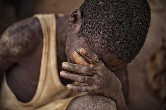 Phụ nữ ở khu mỏ vàng Bani, gồm các cô gái trẻ và họ thường đào vàng trên bề mặt.