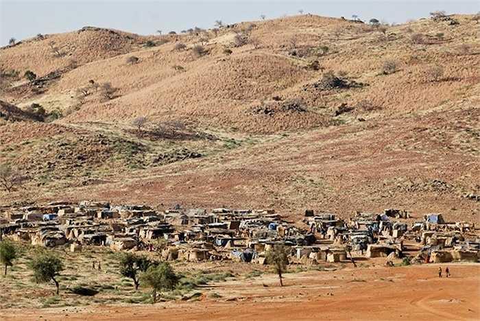 Các khu mỏ vàng nằm xung quanh khu vực gần Bani và không phải tất cả những người làm việc ở đó là người bản xứ.