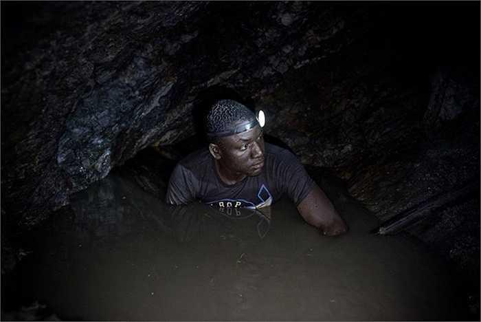 Hầu hết thời gian, những người thợ phải làm việc trong các hố đào vàng trong tối tăm.