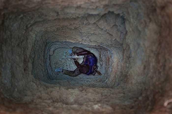 Đối với các biện pháp an toàn, khai thác khoáng sản bị cấm trong mùa mưa, kéo dài từ tháng 7 đến tháng 9. Thời gian mùa mưa, các hố có nhiều khả năng sụp lún trong khi các công nhân vẫn làm việc bên trong. Tuy nhiên, các thợ mỏ ở Bani dường như không tuân theo lệnh cấm này.