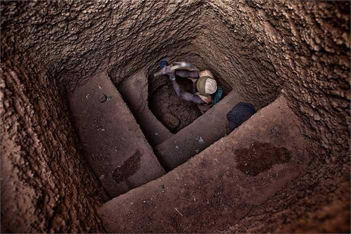 Các thợ mỏ vẫn khai thác vàng quanh năm để chi trả cho các nguồn cung thực phẩm, công cụ...Sau khi trừ hết các chi phí, người thợ còn rất ít tiền để mang về nhà.