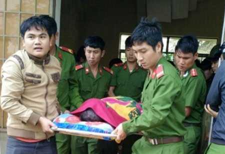Thi thể thiếu úy Vũ Văn Nam được cơ quan chức năng bàn giao cho đình (ảnh do người dân cung cấp). Nguồn: Báo Đăk Nông