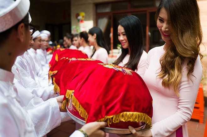 Đoàn phù dâu nhà gái mặc áo dài hồng nhận lễ từ nhà trai. Ba người bạn thân của Đinh Ngọc Diệp trong showbiz là Tuyết Ngọc, Thu Hoài và Quách An An cũng có mặt trong dàn phù dâu.