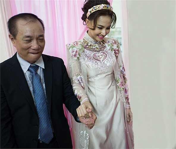 Nữ diễn viên sinh năm 1984 nở nụ cười hạnh phúc khi cầm tay cha bước ra ngoài làm lễ cúng tổ tiên.