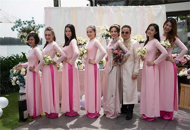 Cô dâu - chú rể chụp hình cùng đội phù dâu.
