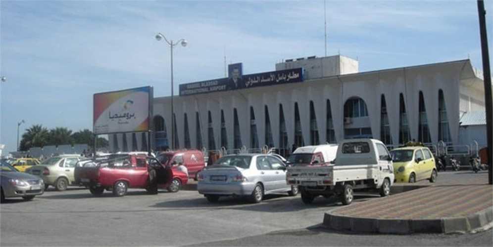 Sân bay Bassel al-Assad được đặt tên theo anh trai của đương kim Tổng thống Bashar al-Assad, có một đường cất hạ cánh dài 2797 m.