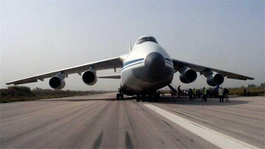 Sân bay Syria này là điểm đến và đi của 3 hãng hàng không Syrian Air, Autolux và UM Airlines.