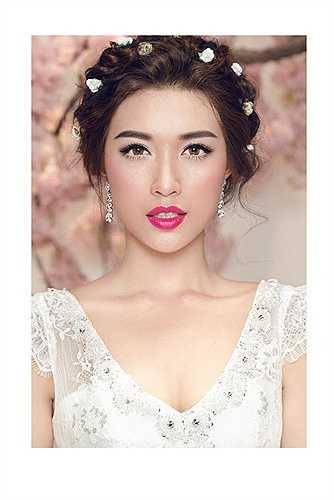 Người đẹp vừa đoạt danh hiệu Á hậu 2 tại cuộc thi Hoa hậu Hoàn vũ Việt Nam 2015 khoe vóc dáng quyến rũ và gợi cảm trong bộ ảnh váy cưới mới thực hiện.