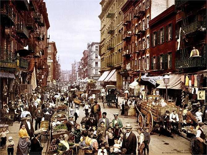 Trong khoảng thời gian 1870 - 1915, dân số New York đã tăng tên nhanh chóng từ năm 1,5 triệu người lên tới hơn 5 triệu người. Bức ảnh từ năm 1900 cho thấy những rất đông người dân nhập cư gốc Italia trên con phố Mulberry thuộc khu Lower East Side, Manhattan, New York
