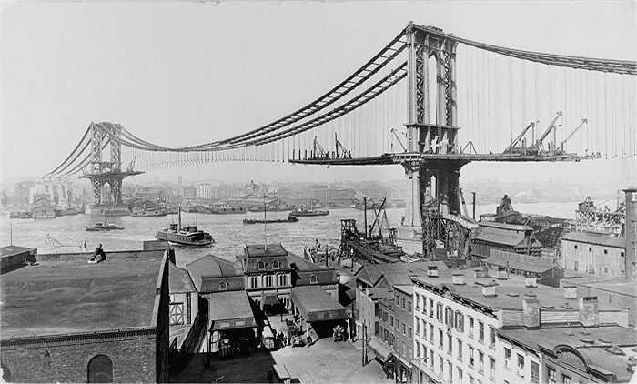 Ảnh chụp cây cầu Manhattan năm 1909, lúc này cơ sở hạ tầng của thành phố đã phát triển