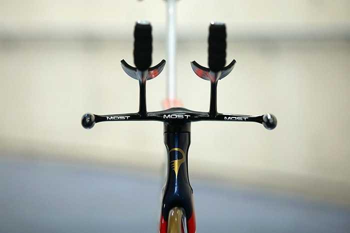 Ít ai nghĩ phần tay nắm bên trên xe đạp đua của các nhà vô địch Tour De France lại do hãng xe sang Jaguar (Anh) sản xuất. Các cua-rơ nổi tiếng đều khen ngợi thiết kế này giúp họ cầm lái hiệu quả hơn.