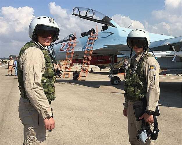 Các phi công chiến đấu Nga bên cạnh Su-30