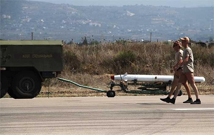 Tên lửa chính xác cao Kh-25 chuẩn bị được gắn lên Su-24