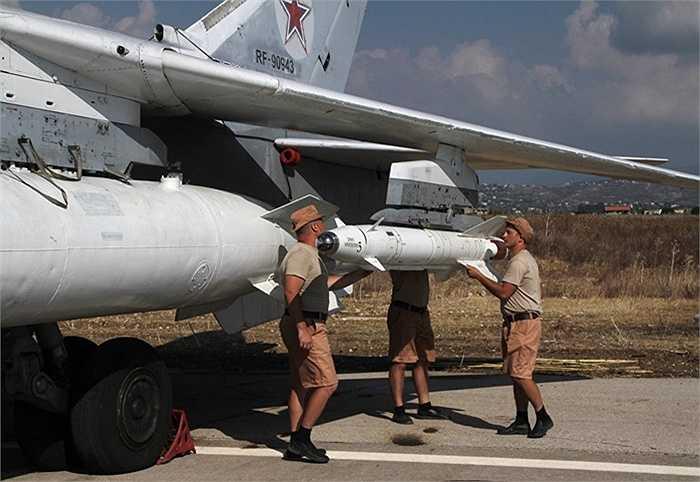 Binh sỹ Nga gắn tên lửa chính xác cao Kh-25 lên máy bay Su-25