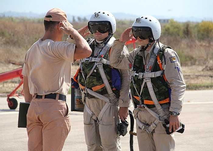 Các phi công nhận báo cáo từ sỹ quan máy trước khi cất cánh