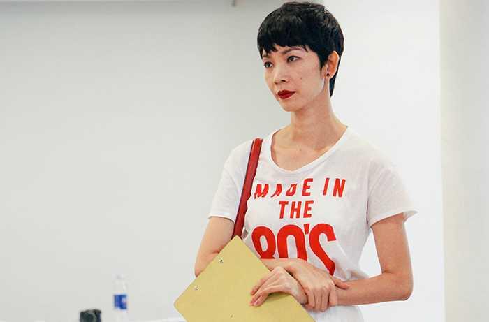 Xuân Lan trong trang phục áo phông giản dị, chú tâm với vai trò giám khảo tuyển chọn