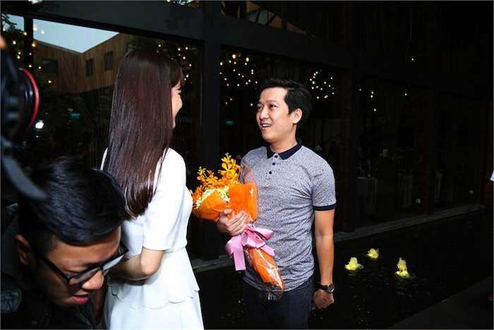 Cô gửi tặng Trường Giang một bó hoa thay lời chúc thành công.