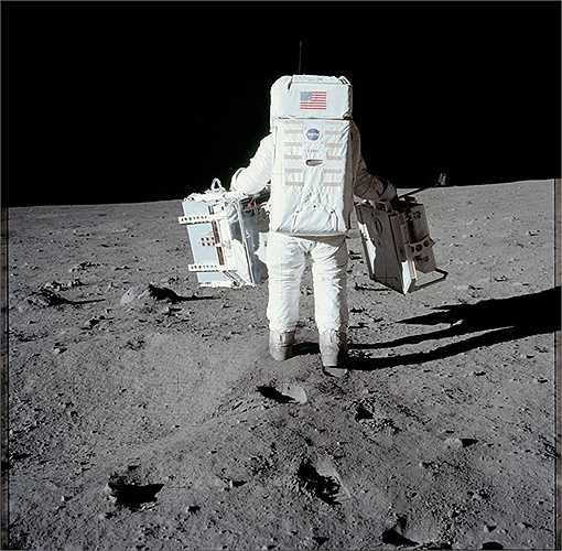 Apollo 16 là tàu thám hiểm đầu tiên hạ cánh xuống cao nguyên trên Mặt Trăng. Đoàn thám hiểm gồm John Young và Charles Duke đã có 71 giờ khám phá trên bề mặt Mặt Trăng. (Nguồn: Sputniknews)