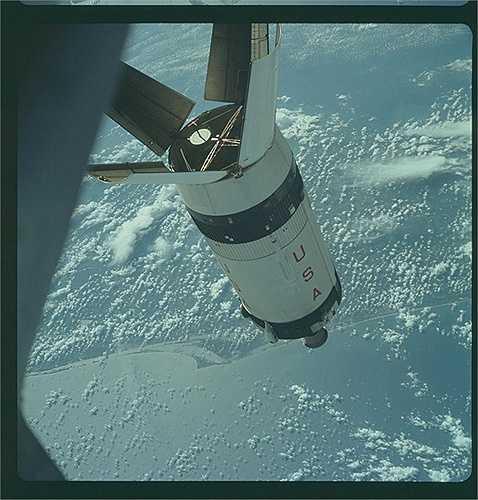 Apollo 1 là chuyến tàu đầu tiên của chương trình. Con tàu được lên kế hoạch sẽ phóng lên vũ trụ vào ngày 21/2/1967. Tuy nhiên, nó đã không bao giờ được cất cánh vì có một vụ cháy cabin trong buổi kiểm tra bay, cướp đi mạng sống của 3 phi hành gia trong đoàn bay. (Nguồn: Sputniknews)