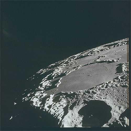 Các phi hành gia Charles Conrad và Alan Bean đã chụp những bức hình có màu đầu tiên về bề mặt Mặt Trăng. Tuy nhiên, chiếc máy ảnh này đã bị phá hủy sau khi Charles Conrad đưa máy chụp phía Mặt Trời. (Nguồn: Sputniknews)