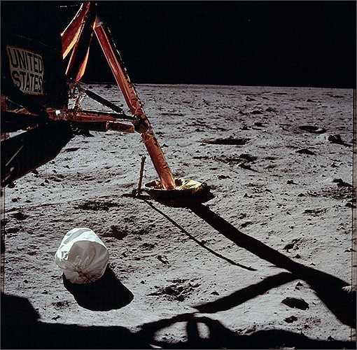Con tàu Apollo 13 được phóng lên vào ngày 11/4/2970. Việc hạ cánh lên Mặt Trăng đã bị hủy bỏ do một bình oxy nổ gây ra tình trạng thiếu nước, mất nhiệt và năng lượng. Tuy nhiên, cả đoàn phi hành gia đã trở về Trái Đất an toàn. (Nguồn: Sputniknews)
