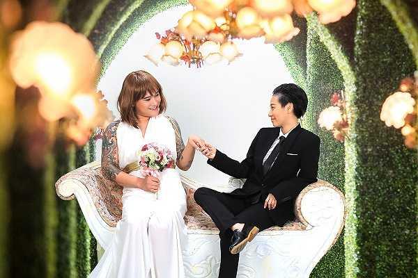 Theo chia sẻ từ gia đình Vũ Duy Khánh, hôn lễ chính thức được cử hành vào ngày 11/10 tại một khách sạn ở Hà Nội. Trước đó, cô dâu chú rể cũng đã có buổi tiệc báo hỉ tại quê hương Đà Nẵng của cô dâu.