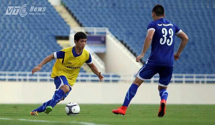 Hoàng Thịnh được thử nghiệm ở vị trí trung vệ, Mai Tiến Thành xuống đá hậu vệ biên, nhằm mục đích giữ bóng chứ không phá bóng.
