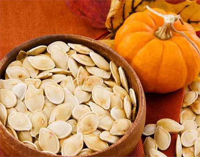 Hạt bí có đầy đủ protein, vitamin và axit béo omega 3. Tất cả các chất dinh dưỡng này cung cấp năng lượng và giúp chống lại chứng mệt mỏi.