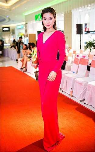 Chính Hoa hậu Hương Giang cũng dành nhiều lời khen ngợi cho người đẹp gốc Vĩnh Long.