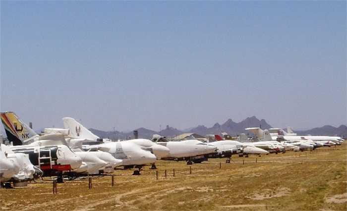 Khu nghĩa địa máy bay này là nơi nghỉ ngơi của khoảng 5.000 xác máy bay đã nghỉ hưu của Mỹ