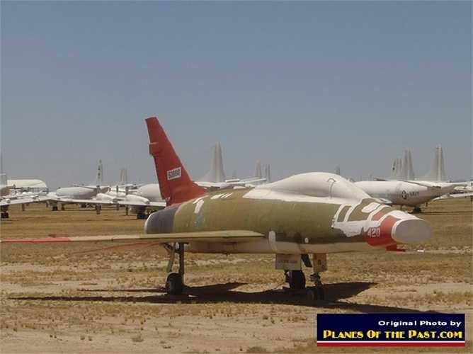 Những chiếc máy bay tiêm kích-bom F-100 Super Sabre nằm yên một chỗ