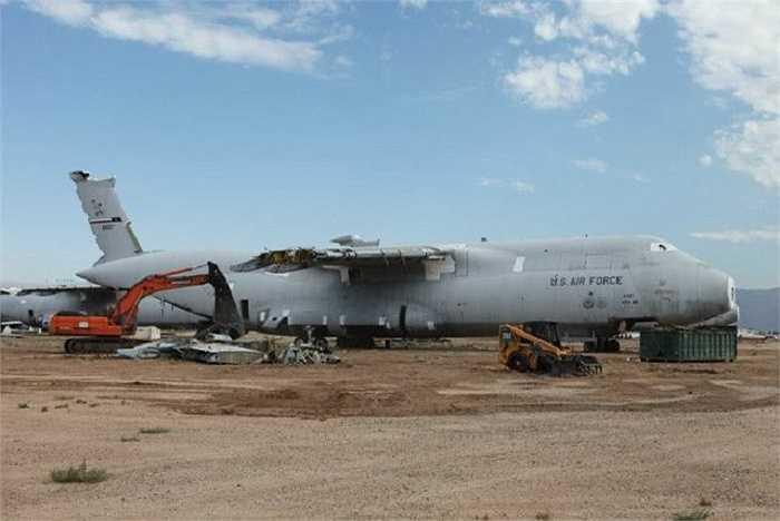 Một chiếc C-5A Galaxy bị hỏng hóc nghiêm trọng