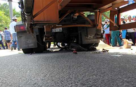 Bị xe container cuốn vào gầm, một phụ nữ chết thảm, Đà Nẵng tai nạn giao thông