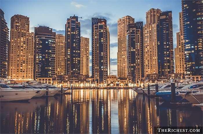 Dubai Marina. Đây được coi là biểu tượng của sự xa xỉ ở Dubai. Dự án khu dân cư dành cho 120.000 người này thực sự mang tới những dịch vụ khiến người ta phải choáng ngợp như: tòa tháp, chung cư, tổ hợp mua sắm, nhà hàng, quán bar...
