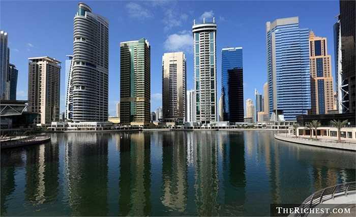 Jumeirah Lake Towers. Khu dân cư này sở hữu các cơ sở vật chất gần giống như Dubai Marina, hiện đại và xa xỉ. Và mức chi phí để sống tại khu cao tầng không hề rẻ, 21.000 USD/ năm