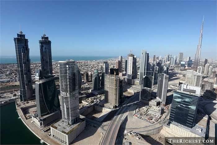 Business Bay. Nằm ngay cạnh khu Downtown Dubai nhưng lại lợi thế hơn nhiều do 'đón đầu' được các luồng thương mại quốc tế đến Dubai. Giá thuê ở đây lại rẻ hơn, chỉ khoảng 22.000 USD/ năm