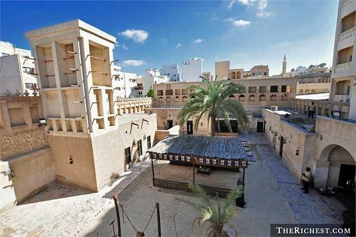 Deira là khu dân cư lâu đời nhất tại Dubai và nó đang được nâng cấp với hệ thống cơ sở hạ tầng mới như: Tàu điện ngầm, khu mua sắm và các tòa nhà cao tầng hiện đại. Giá thuê lại tương đối hấp dẫn ở mức dưới 18.000 USD/ năm